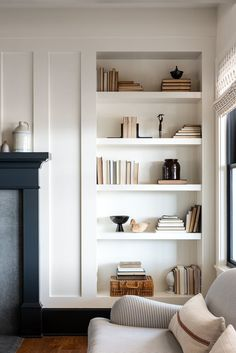 Home Living Room, Living Room Decor, Living Spaces, Deco Studio, Home Decor Inspiration, Home Interior Design, House Styles, Bookcase Styling, Built In Bookcase