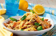 Spaghetti mit Hähnchen-Geschnetzeltem - Schön sommerlich: Erfrischend-leichte Nudelrezepte für warme Tage - Schon ein bisschen Zitrone reicht aus, um einem Gericht eine sommerliche Note zu geben. Zum Hühnchen passt das saure Aroma perfekt. Wer mag, testet auch mal Limette oder Grapefruit aus...