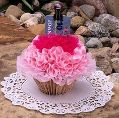 cupcake gift card holder - great way to wrap a gift!