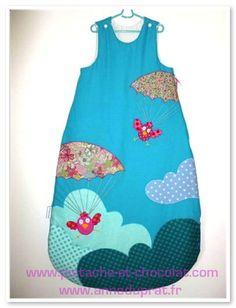 Des oiseaux en parachute sur une gigoteuse, Pistache & Chocolat perd la tête ou quoi ? Blog Bebe, Blog Couture, Grow Bags, Sleeping Bag, Baby Sewing, Gifts For Kids, Baby Kids, Kids Room, Applique