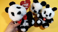 """DIY"" THow to Make a Panda Pompom - Tutorial ,Cuerpo de panda Panda, How To Make, Diy, Pom Poms, Christmas Ornaments, Totes, Tejidos, Bricolage, Do It Yourself"