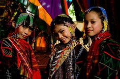 kommaar:  Pinoy girls in traditional costumes - the Philippines
