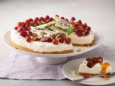 Päärynä-kinuskikakku on herkullinen yhdistelmä makeaa ja suolaista. Se on helppotekoinen ja nopea valmistaa jääkaappiin hyytymään. Viimeistele kakku viinirypäleillä ja Valio AURA® juustolla. Tarjoa kahvipöydässä tai vaikkapa makean kuohuviinin kera.