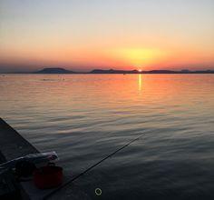 """27 kedvelés, 1 hozzászólás – Hanging Lens (@hanginglens) Instagram-hozzászólása: """"Sunset #sunset #photography #sun #balaton #mountains #hill #lake #beach #sky #fishing #mirror…"""""""