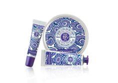 La manteca de karité es ideal para ayurdar a nutrir, proteger y suavizar la piel. La formula ligera y no pegajosa suavizada los labios y perfuma las manos con el goloso y reconfortante aroma de la violeta.