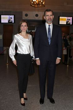 Queens & Princesses - King Felipe and Queen Letizia attended the last performance of the opera El Publico, which was held at the Royal Theatre in Madrid. Date Outfits, Cool Outfits, Fashion Outfits, Womens Fashion, Style Royal, Look Office, Princess Kate Middleton, Estilo Real, Spanish Royal Family