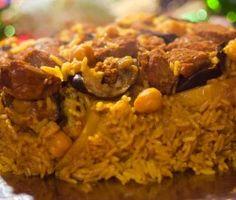 Maqluba o Maqlube, la paella palestina. Food Trucks, Veg Recipes, Vegetarian Recipes, Jordanian Food, My Favorite Food, Favorite Recipes, Arabian Food, Happy Kitchen, Gastronomia
