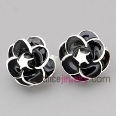 Special stud earrings with zinc alloy with flower model in black and white color