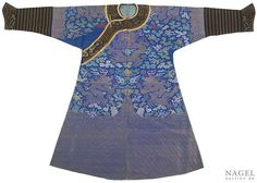 An embroidered blue-ground silk Dragon robe with fine brocade collar and cuffs, China, 19th  century. Photo Nagel