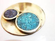 Resultado de imagen para tecnicas de joyeria reconstituido Silver Brooch, Druzy Ring, Metal Jewelry, Daily Fashion, Jewerly, Diy And Crafts, Jewelry Making, Pendants, Gemstones