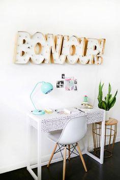 déco chambre ado fille pour le coin bureau - lettres BONJOUR en bois et blanc