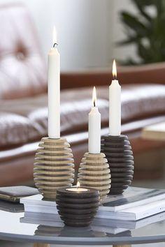 Dekorative zapfenförmige Kerzenhalter und Teelichthalter aus Eichenholz im nord...