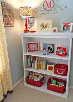 Organize os brinquedos e os livrinhos dos pequenos. Deixe em uma altura que eles consigam pegar sozinhos e guardar depois.