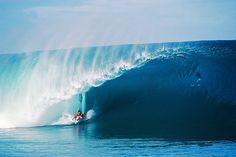 Andy Irons, Teahupoo. Regardez le photographe pour bien réaliser la taille de la vague...