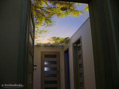 Sufit napinany w korytarzu spełnia wiele pożytecznych funkcji. Taki sufit może przedstawiać dowolnie wybrany nadruk. Na przedstawionych zdjęciach sufit przedstawia piękny obraz drzewa na tle błękitnego nieba opromienionego słońcem. Sufit dekoracyjny na korytarzu jest ciekawym rozwiązaniem do umilenia pobytu w tym miejscu przechodnim. Oświetlenie sufitu może mieć różną intensywność i świecić wieloma kolorami. Sufit napinany w korytarzu to nowość coraz bardziej wchodzący w trendy tego wnętrza. Blinds, Curtains, Home Decor, Decoration Home, Room Decor, Shades Blinds, Blind, Draping, Home Interior Design