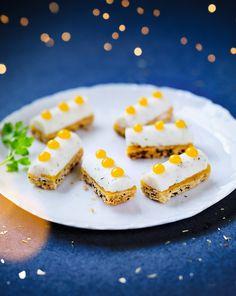 Pour l'apéritif de Noël ou du Nouvel An, optez pour l'élégance ! Ces bûchettes ont un vrai tempérament qui se devine au premier coup d'œil. Sur un biscuit croustillant aux graines nappé d'une fine couche de gelée mangue-passion se déploie un tartare de Saint-Jacques et langoustines à l'aneth.