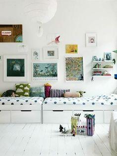 chambre d enfnat avec sol en parquet blanc, lit avec tiroir de rangement et murs blancs