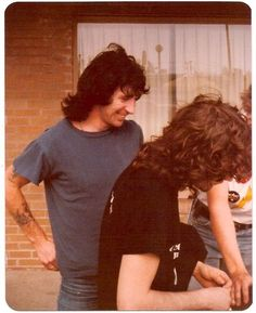 Bon Scott hanging out in the Bel-Air Motel parking lot with fans in Springfield, Illinois. Ac Dc, Malcolm Young, Bon Scott, Angus Young, Live Wire, Heavy Metal Bands, Blues Rock, My Favorite Music, Rock Music