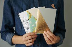 Des carnets colorés à confectionner soi-même en quelques points de couture : c'est le DIY du jour !