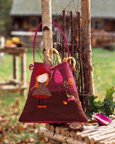 Sac en tissu rose appliqué d'une petite sorcière et de sucreries colorées