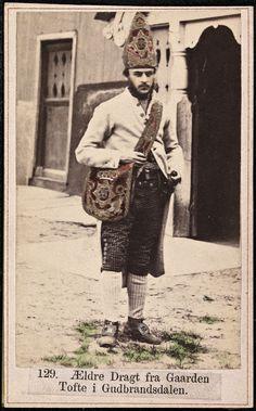 Beskrivelse / Description: Drakt fra Tofte (Dovre, Oppland). Visittkort / Carte de visite. Dato / Date: ca. 1860-1870 Fotograf / Photographer: Marcus Selmer (1819-1900) Digital kopi av original / Digital copy of original: s/h papirpositiv, visittkort, kolorert Eier / Owner Institution: Nasjonalbiblioteket / National Library of Norway Lenke / Link: www.nb.no Bildesignatur / Image Number: bldsa_FA0559