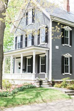 1800s home ideas. Built in 1879 this home has a tinge of farmhouse and a tinge of Victorian. #1800shomes #1800shomeideas #oldfarmhouses #Victorian #Victorianfarmhouse Home Bunch Beautiful Homes of Instagram @finding__lovely