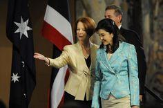 Premierministerin ShinawatraYingluckwird durch die australischePremierministerin Julia Gillardbei einem Mittagessenim Parliament Housein Canberra, Australien am Montagbegrüßt.FrauYingluckistin Australienals Tei