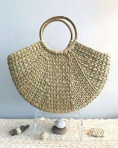 'Ben Basket' by Jamini Design Crochet Purses, Crochet Bags, Crochet Christmas Gifts, Diy Wallet, Crochet Poncho Patterns, Crochet Wool, Art Bag, Linen Bag, Basket Bag