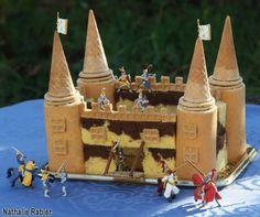 Préparation : 45mn Ingrédients pour la décoration (12 personnes) : - 4 gros gâteaux roulés au chocolat (Savane) - 4 barres de cakes au chocolat, marbré ou non. - 100g de chocolat noir - 4 biscuits ronds fourrés au chocolat style Pépito ou Prince - 4 cornets...