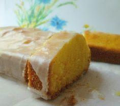 Ingredienti: - 3 uova - 75 gr. di zucchero semolato - 75 ml panna 35% - 50 gr. di burro sciolto - 20 ml di grappa - la scorza grattugiata di 1 limone non trattato - 140 gr. di farina per tutti gli usi - 1 cucchiaino di lievito in polvere non vanigliato (baking powder) per la glassa: - 100 gr. di zucchero a velo - il succo di un limone