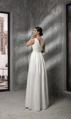 d002f2eb4c4e2fa Прямое свадебное платье с вырезом бато, кружевным верхом и открытой спинкой.