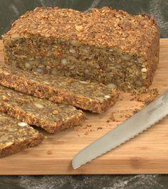 Lene Hansson viser dig her, hvordan du nemt og hurtigt laver et stenalderbrød af mandler, hørfrø, solsikkekerner, æg, pulp og olivenolie.