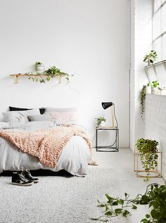 droomkamer met kussens, plaids en een heleboel groen