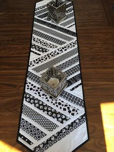 Patchwork table runner pattern color combos 30 New Ideas Patchwork Table Runner, Table Runner And Placemats, Table Runner Pattern, Quilted Table Runners, Modern Placemats, Modern Table Runners, Black And White Quilts, Black White, Place Mats Quilted