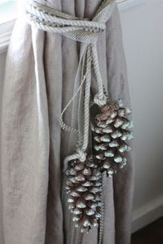 ideen binden pine cone curtain ties this looks like Burkum, Burkum, and Angie H… - Haus Dekoration Curtain Tie Backs Diy, Curtain Ties, Curtains With Blinds, Drapes Curtains, Drapery, Christmas Pine Cones, Diy Christmas, Curtain Holder, Pine Cone Decorations