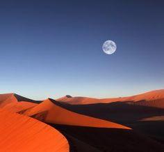ナミブ砂漠(ナミビア)。赤い砂と空の青が幻想的。