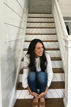 """Joanna Gaines Was Wearing a Tiny Nose Ring On a Few Episodes of """"Fixer Upper"""" and You Probably Didn't Notice - - Joanna Gaines isn't what we could consider a flashy person, so to speak. She wears very little jewelry, makeup or… Source by - Estilo Joanna Gaines, Chip Y Joanna Gaines, Joanna Gaines Style, Joanne Gaines, Chip Gaines, Joanna Gaines Farmhouse, Joanna Gaines Design, Joanna Gaines Decor, Gaines Fixer Upper"""