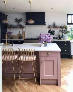 black kitchen with pink island Deco Design, Küchen Design, Cozy Kitchen, Kitchen Decor, Kitchen Island, Before After Kitchen, Before After Home, Kitchen Colors, Pink Kitchen Designs