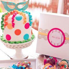 bolo de carnaval com confetes, serpentinas e máscara azul. Post achados do instagram: doces de carnaval: http://weshareideas.com.br/blog/achados-instagram-doce-carnaval/