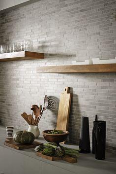 Ceramic Floor Design Tiles for the kitchen design ideas with ceramics and porcelain stoneware - Mara Modern Kitchen Backsplash, Kitchen Flooring, Backsplash Ideas, Kitchen Interior, Kitchen Decor, Cuisines Design, Floor Design, Home Renovation, Cool Kitchens
