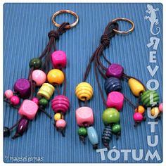 "Tótum Revolútum - Manualidades, reciclaje, H.T.M....: Llaveros ""anarquía de color"" (ref. 013) Bead Crafts, Diy And Crafts, Crafts For Kids, Craft Projects, Projects To Try, Handmade Keychains, Cute Keychain, Beaded Garland, Pony Beads"