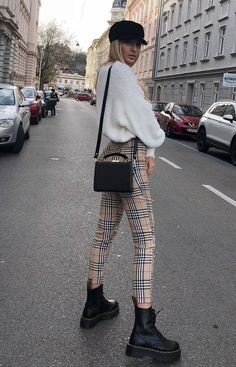 it-girl - tricot-calça-xadrez-coturno - tricot - inverno - street style - Mode Und Frauen Fashion Mode, New Fashion Trends, Fashion 2018, Look Fashion, Girl Fashion, Autumn Fashion, Fashion Outfits, Womens Fashion, Fashion Clothes