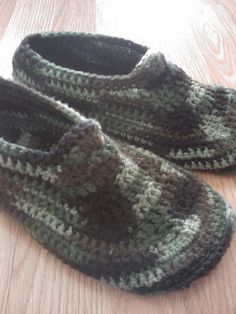 Slippers for the Whole Family: 20 Free Patterns! Men's Padded Sole Slippers and more super cozy crochet slipper patterns at !Men's Padded Sole Slippers and more super cozy crochet slipper patterns at ! Knit Or Crochet, Crochet Crafts, Easy Crochet, Crochet Granny, Crochet Slipper Boots, Knitted Slippers, Men's Slippers, Crochet Accessories, Crochet Clothes