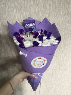 Chocolates y marshmallow Candy Bouquet Diy, Food Bouquet, Homemade Gifts, Diy Gifts, Five Senses Gift, Edible Bouquets, Chocolate Bouquet, Diy Presents, Craft Corner