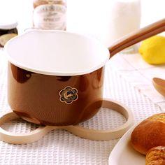 野田琺瑯の月兎印のミルクパン。 スープなどを温めて、そのまま食卓へ。一人分はもちろん、 二人分のスープでもラクラク温めることができます。