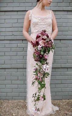Lo último en tipos de ramos de novia para este año: ramos de novia en cascada, salvajes, fotografiado por Debbie Lourens Photography y Love Me Do Photography una creación floral de Green Goddess Flower Studio.