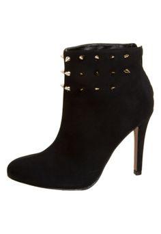 Ankle Boot Santa Lolla Spikes Preta R$229,90