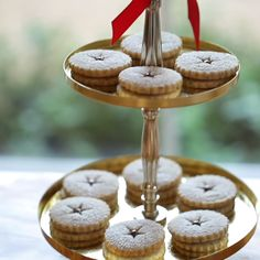 Learn how to make my easy Chocolate Hazelnut Linzer Cookies. A real showstopper of a Christmas Cookie! New Year's Desserts, Christmas Desserts Easy, Cute Desserts, Dessert Recipes, Easter Recipes, Xmas Recipes, Simple Christmas, Dessert Ideas, Easter Chocolate