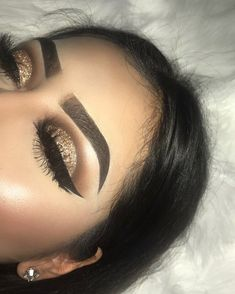2372 Me gusta 41 comentarios - MICHELLE GUERRERO (@mishelsbeauty) en Instagram: \Gold Glitter Cut Crease Details @anastasiabeverlyhills Dip Brow in Ebony @anastasiabeverlyhills\