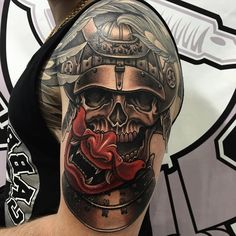 samurai mit roten maske, tattoos männer, schädel mit helm, krieger